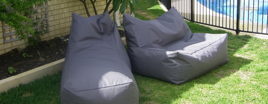The double lounger the supersize big outdoor beanbag for Bean bag chaise lounge
